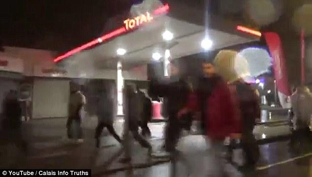 cargas de gas lacrimógeno y porra de policía se utilizaron para detener a más de 1.000 inmigrantes que intentan entrar en el Reino Unido a través del Eurotúnel hoy