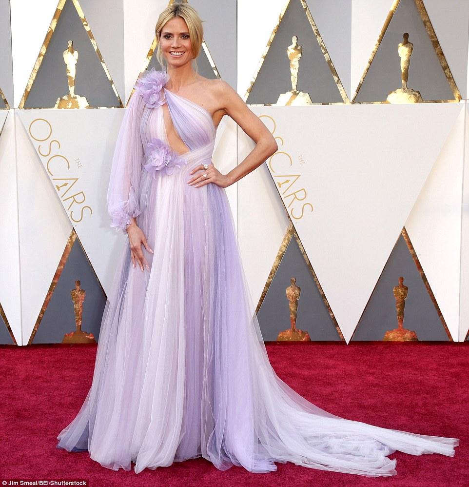 Assumindo um risco negrito: Heidi Klum virou cabeças em um lilás muito incomum e um vestido branco com secção de corte no peito