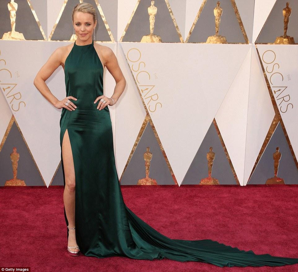 Senhora Leggy: Melhor Atriz Coadjuvante candidato Rachel McAdams roubou a cena em um vestido verde com uma fenda de um lado