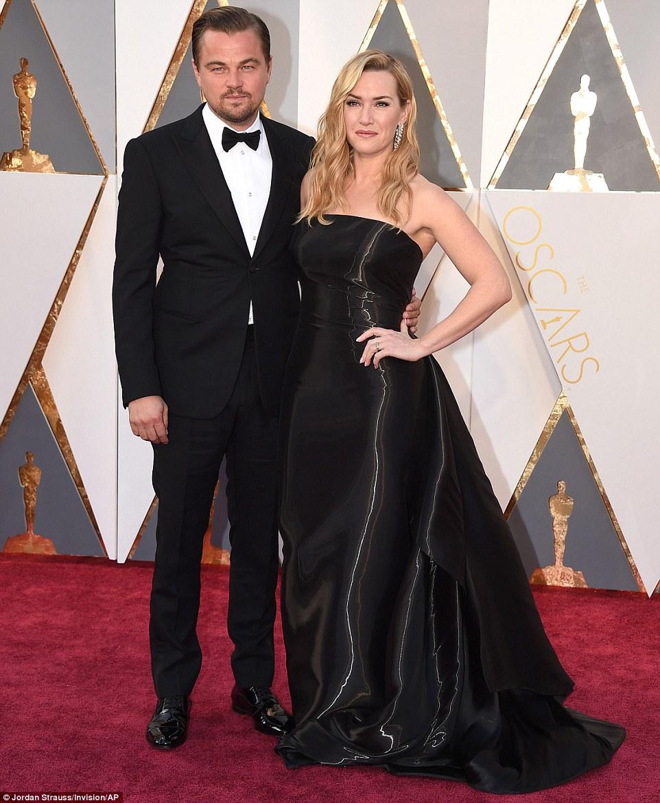 Poderia ser finalmente ?: seu ano de Melhor Ator esperançoso Leonardo DiCaprio posou com sua co-estrela de Titanic Kate Winslet, que está acima de Melhor Atriz Coadjuvante