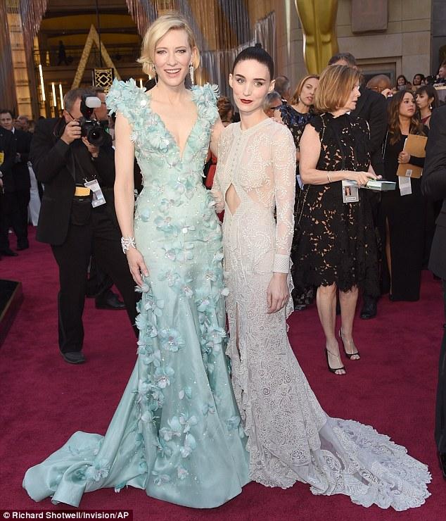 Co-estrela: Cate posou com a co-estrela Carol Rooney Mara, que também surpreendeu em um vestido figura-abraçando