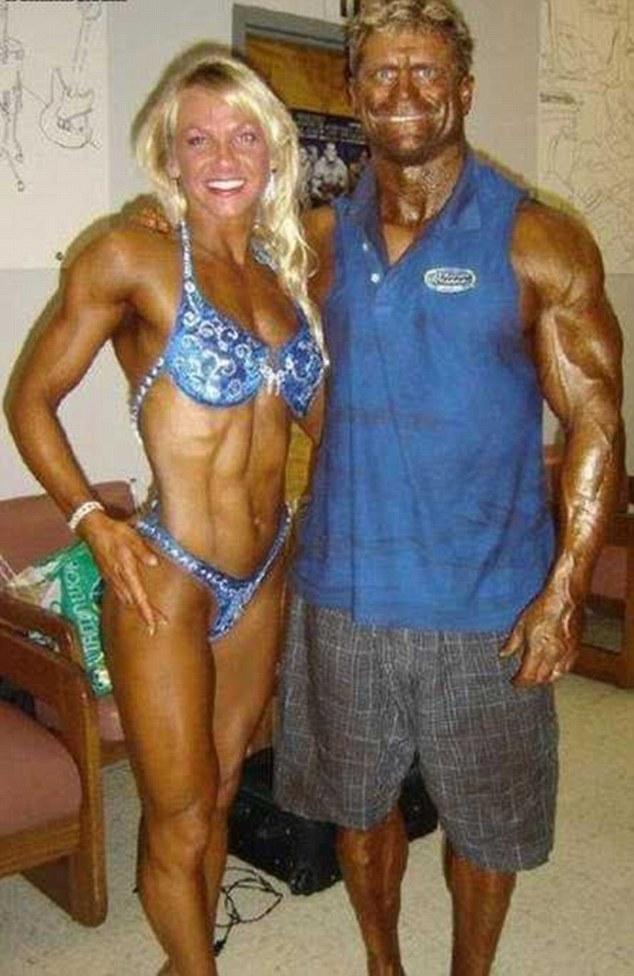 Vaya par!  Esta pareja muscly obviamente han estado compartiendo consejos de belleza, como esta mujer parece haber olvidado a su cara de bronce.  Su compañero, por su parte, se ve prácticamente metálico con su piel teñida de color cobre