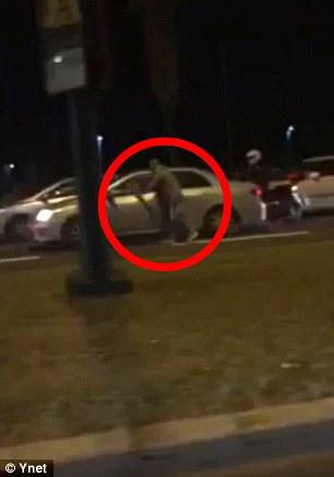 El video del ataque muestra el hombre, de 22 años, corriendo a lo largo de una carretera cerca de la marina antes de acercarse a los coches cuando se ralentizan y luego aparentemente apuñalar a los ocupantes