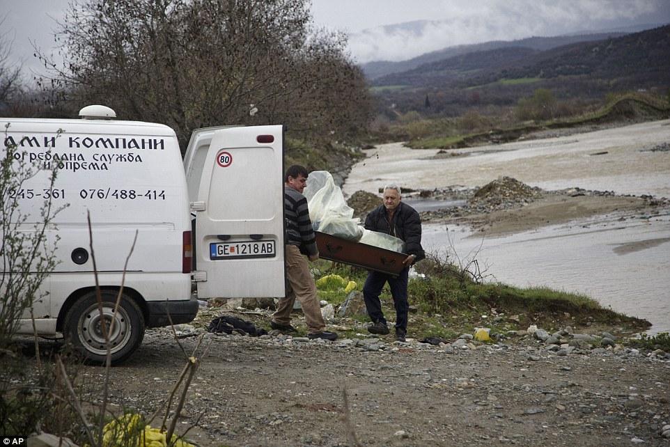 medidas desesperadas: Los cuerpos de dos hombres y una mujer fueron encontrados en el agua de la mañana del lunes cerca de la mitad de una milla de la ciudad griega de Idomeni donde miles de refugiados están atrapados en condiciones precarias