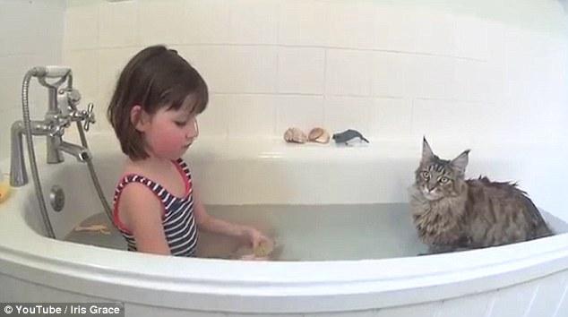 La hora del baño una vez fue un trauma para Iris como tenía miedo de agua, pero es más feliz ahora Thula se une a ella para un remojo
