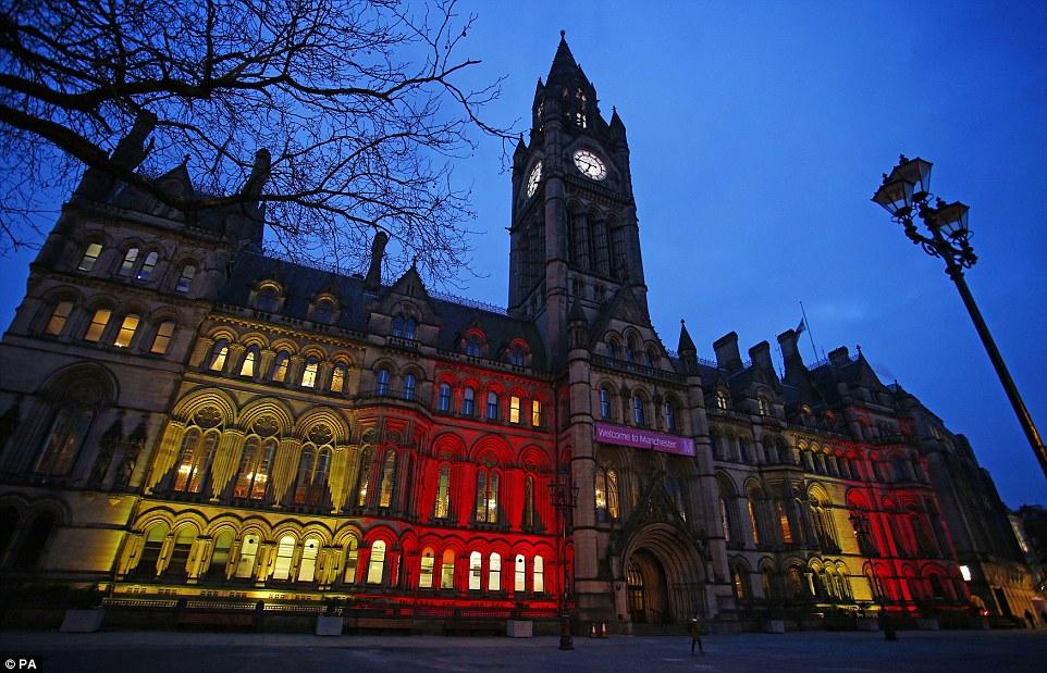 Manchester: El Ayuntamiento también se iluminó esta noche, 24 horas después de puntos de referencia de todo el mundo estaban cubiertas de colores de la bandera