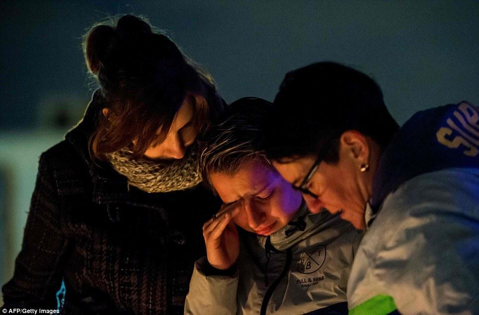 Las lágrimas y el dolor: Los dolientes se reunieron fuera del aeropuerto de Bruselas, donde 14 personas murieron ayer cuando dos suicidas actuaron