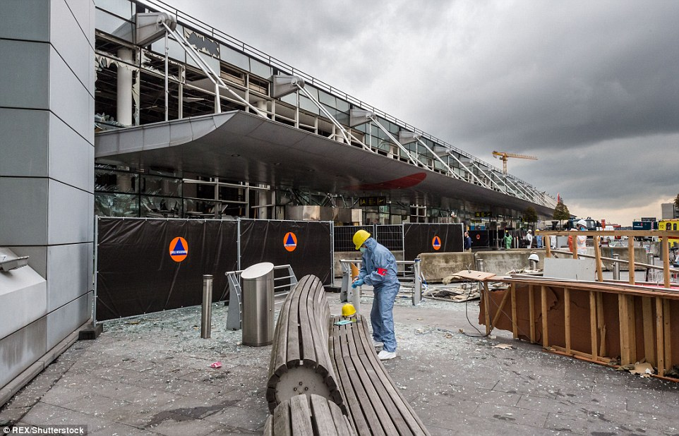 La reunión de pruebas y pistas: los investigadores forenses representadas en el trabajo fuera de Bruselas Airport como continúan los esfuerzos para resolver el esfuerzo de terror