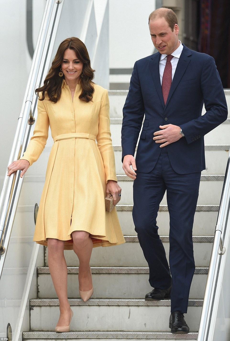 Próxima parada: O duque ea duquesa de Cambridge chegou de avião privado no reino do Himalaia do Butão esta manhã