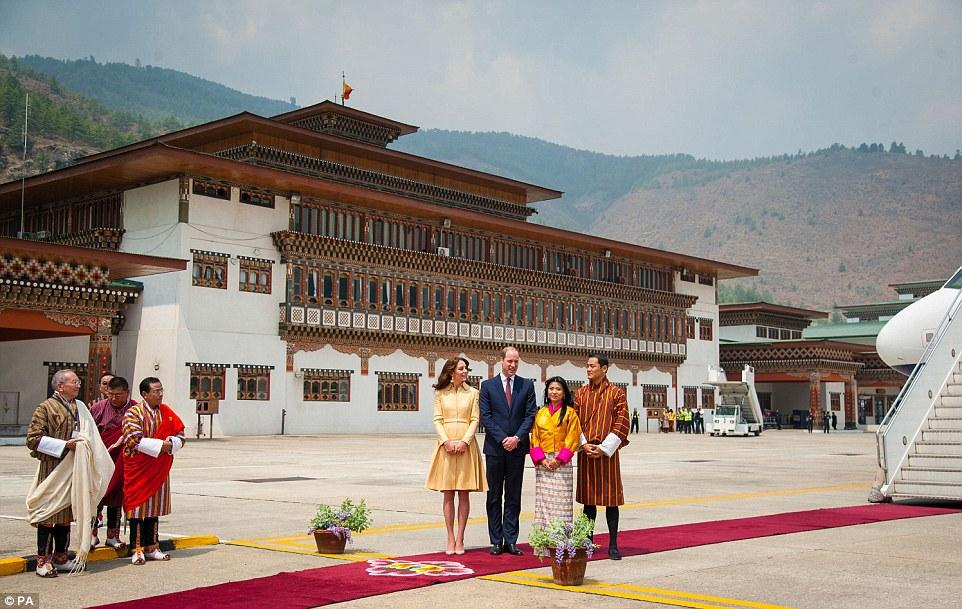 Real de boas-vindas: William e Kate foram recebidos pela Princesa Chhimi Yangzum Wangchhuk, a irmã do rei do Butão, e seu marido