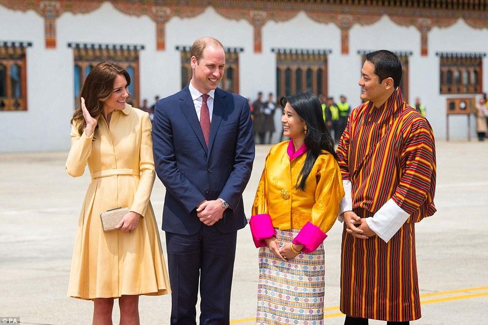 Todos os sorrisos: O duque ea duquesa de Cambridge posar para fotografias com o rei da irmã de Bhutan Chhimi Yangzom e seu marido