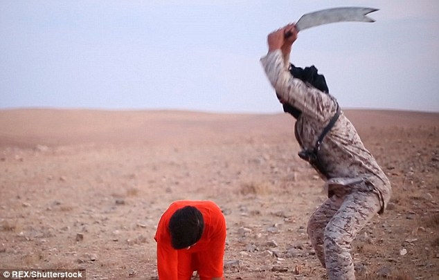 Um lutador decapita um suposto espião em um novo vídeo de propaganda lançado pela ISIS, o que mostra uma série de execuções horríveis