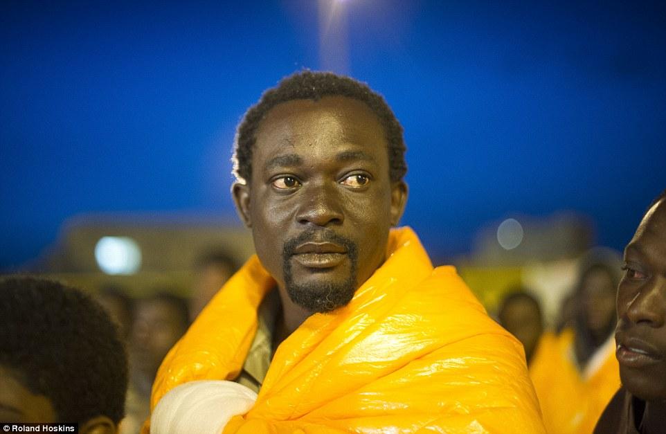 Futuro: Este hombre es migrante entre los miles de personas que se están vertiendo en Sicilia por mar todos los días con la esperanza de encontrar un futuro mejor