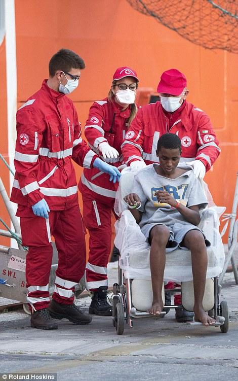 Desembarcar: La mayoría de las llegadas eran hombres, incluyendo uno gravemente enfermo y una adolescente que estaba en sillas de ruedas y ciegos