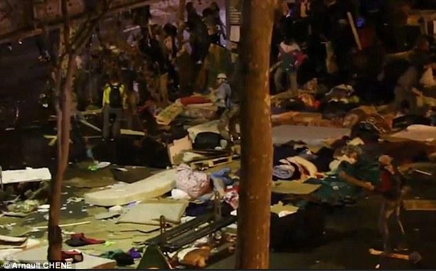 scènes terrifiantes: Une vidéo montre une bataille féroce impliquant des centaines d'émeutiers en éruption dans un camp de migrants