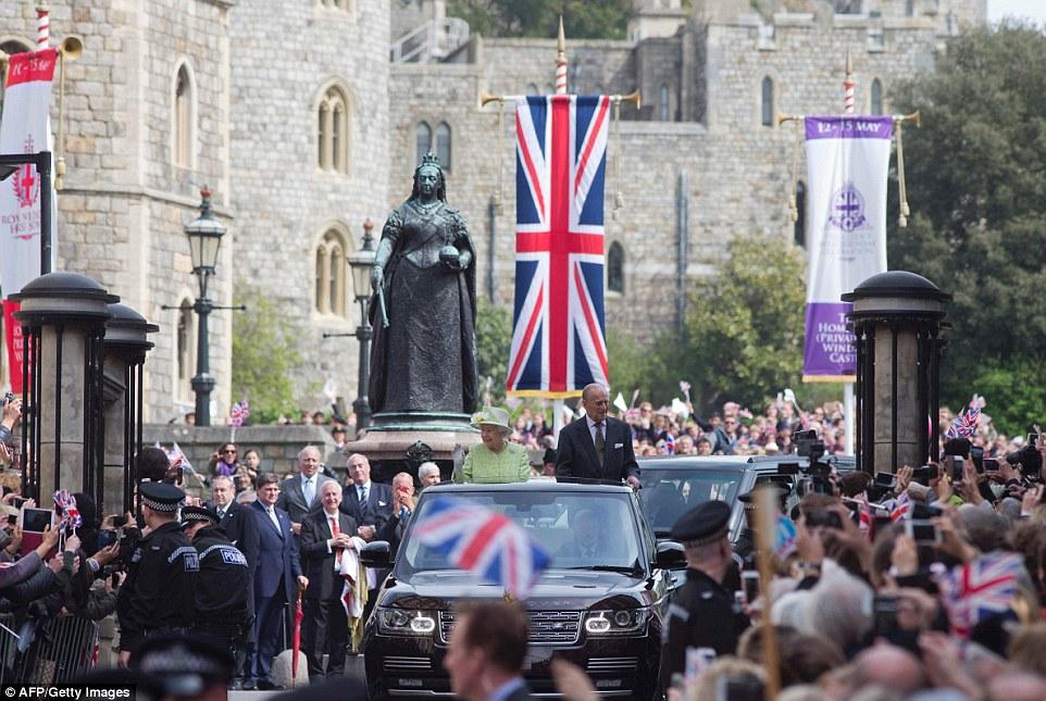 Legado: A rainha eo duque de Edimburgo dirigi passado uma estátua de sua grande-grande avó, a rainha Victoria