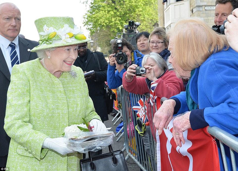 toque pessoal: Dezenas de pessoas bem-intencionadas oferecido a rainha flores, cartões e presentes quando passou