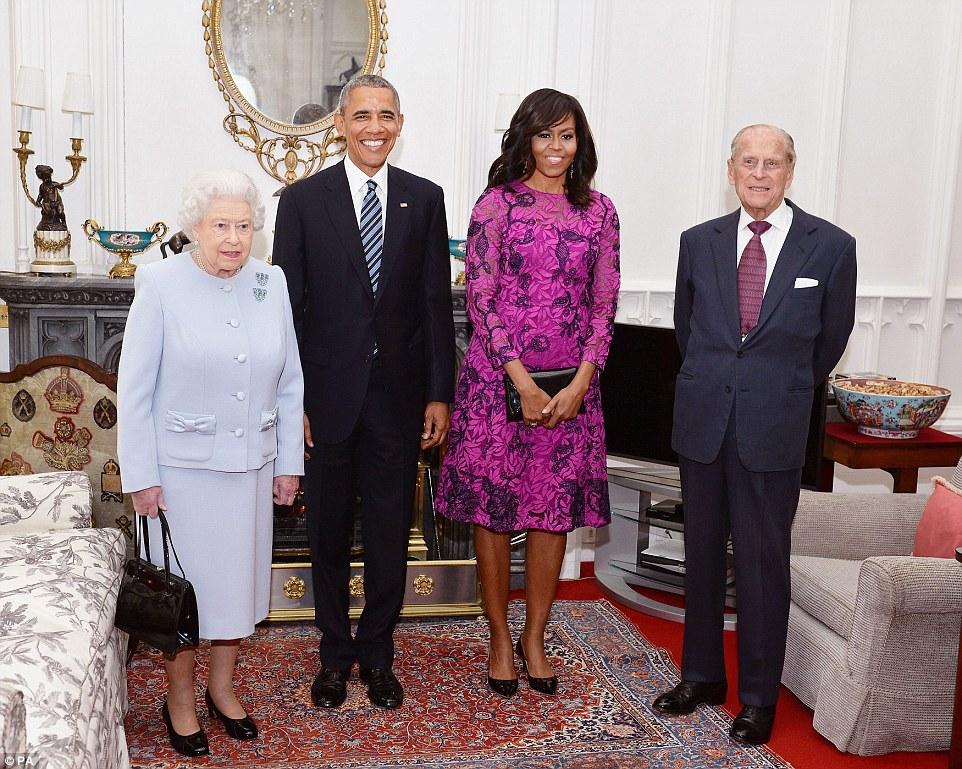 Grins: Barack e Michelle Obama que sorri para a câmera com a rainha eo príncipe Philip no Castelo de Windsor hoje