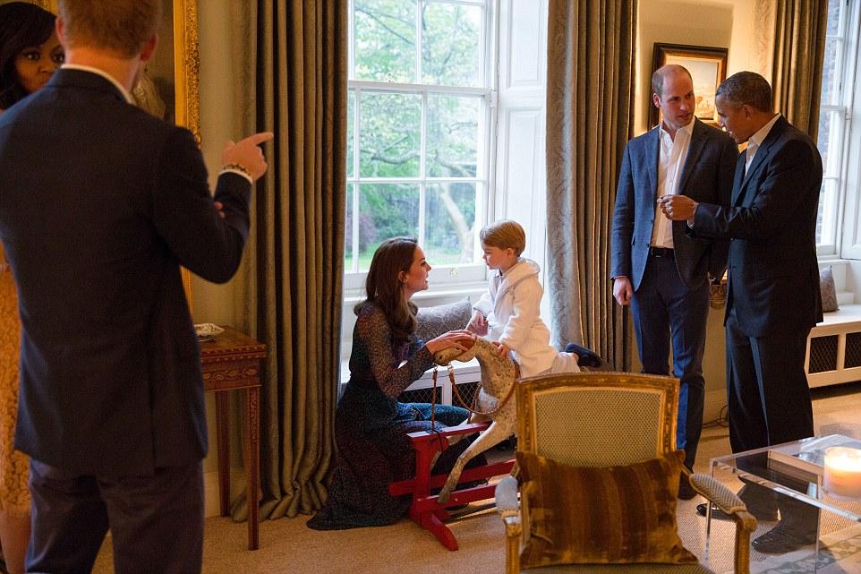 Presidente Barack Obama fala com o duque de Cambridge, enquanto a duquesa de Cambridge joga com o príncipe George no cavalo de balanço