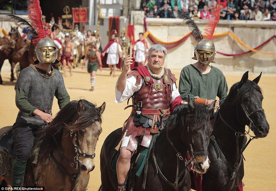 Os soldados da cavalaria romanos, por vezes usado capacetes.  Estas foram muitas vezes altamente decorado e embelezado com metais preciosos