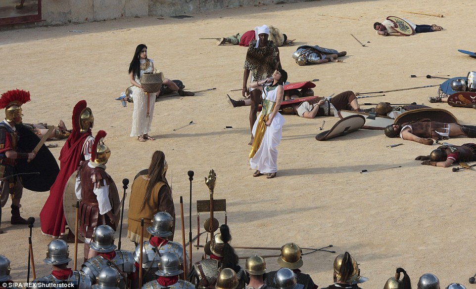 Esta cena mostra o momento em que o faraó cometeu suicídio, deixando os romanos como o poder dominante no Egito
