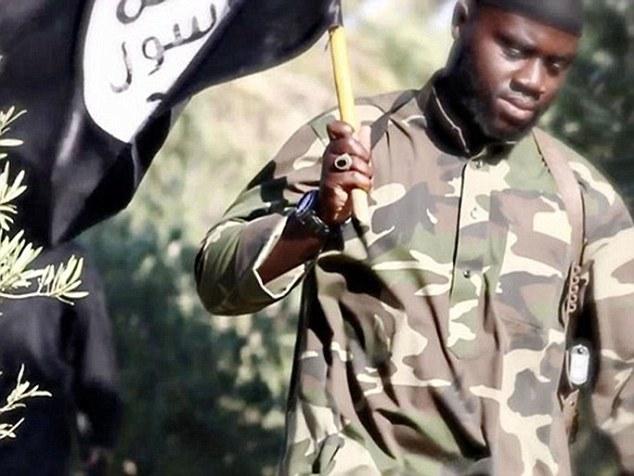 El ex yihadista Harry Sarfo, en la foto en un video de propaganda ISIS, dijo campañas de bombardeo en Siria sólo causarán más personas a unirse al grupo terrorista