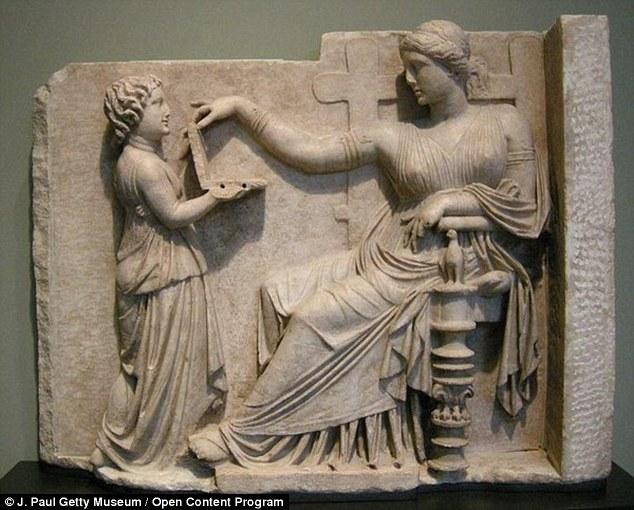 Awal tahun ini, teori menciptakan kegemparan tentang patung Yunani dari 100 SM bahwa mereka mengatakan menunjukkan wanita memegang laptop - lengkap dengan port USB.  Konsep gambar ini telah menjadi bagian dari seni penguburan Yunani selama berabad-abad, tetapi skeptis mengklaim perangkat itu diberikan kepada mereka oleh seorang penjelajah waktu