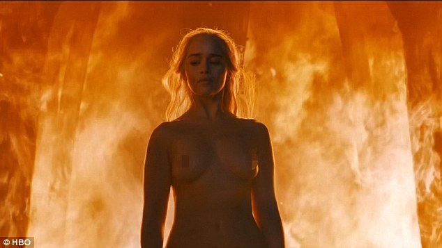 Sizzling Scene Emilia Clarke Stripped Off For The Fiery End Sequence On Sundays Nights Game