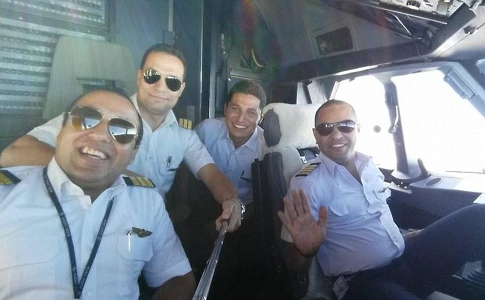 """Capitán Shoukair (derecha) con sus colegas.  controladores de tráfico aéreo dijeron que estaba en """"un buen estado de ánimo y dio gracias en griego 'cuando estaba en el último contacto alrededor de 25 minutos antes de que el avión cayó del cielo en un ataque terrorista sospechoso"""