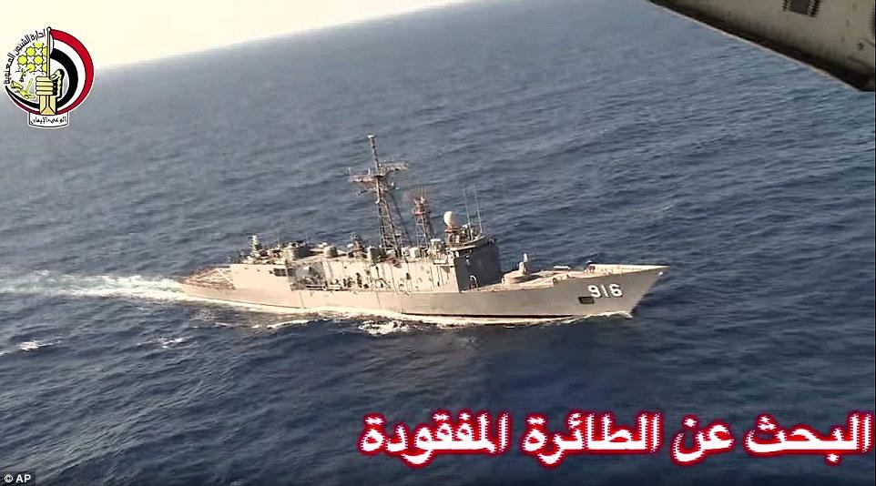 Una imagen de vídeo difundido por el Ministerio de Defensa egipcio muestra un barco durante la búsqueda en el Mar Mediterráneo por faltar avión de EgyptAir vuelo MS804 que se estrelló después de desaparecer del radar en las primeras horas de la mañana del jueves en el ejercicio de 66 personas