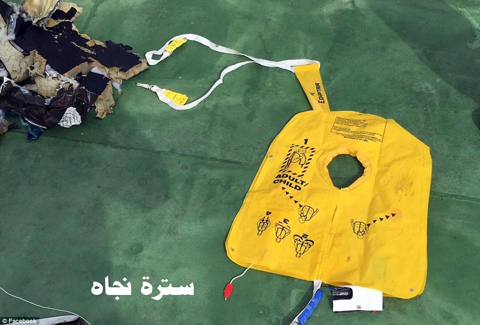 El esfuerzo de búsqueda: Las primeras imágenes de los restos destrozados del vuelo 804 de EgyptAir ha surgido como investigadores confirman el humo se detectó en varios lugares momentos antes de que el avión se desplomó en el Mediterráneo