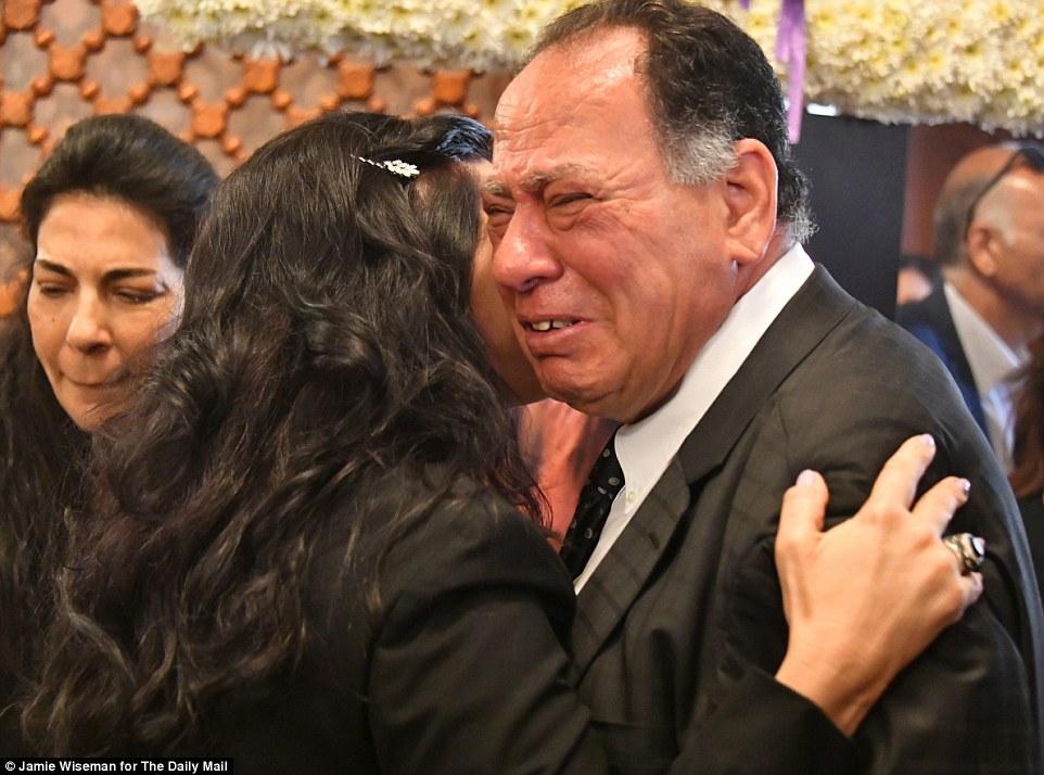 Los padres de EgyptAir MS804 víctima, presentadora de aire Yara Hani Tawfik, en su funeral celebrado en la Iglesia de la Virgen y San Atanasio en El Cairo