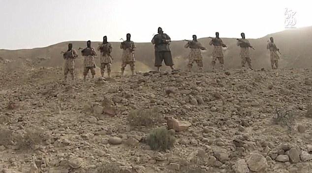 También ha habido informes de que un ejecutor ISIS notorio, apodo de la niveladora, debido a su peso colosal, aparece en el video