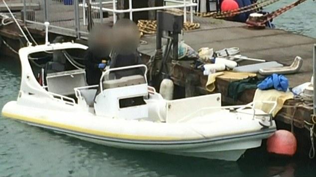 Aquí es lo que se cree que es el mismo barco, representado por el agua con las autoridades a bordo