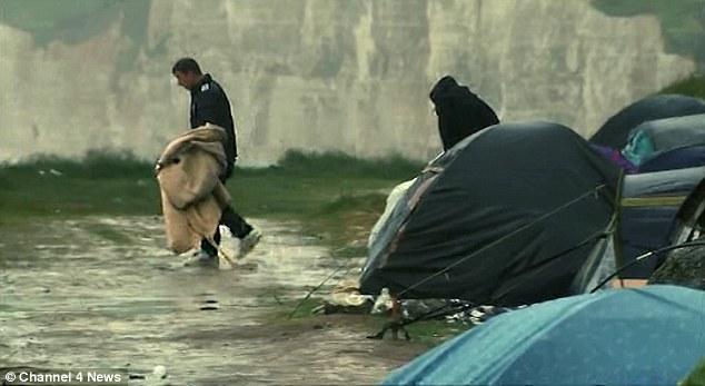 El Grupo de Hombres Jóvenes, Principalmente albaneses estan acampando en las Condiciones precarias (en la Foto)