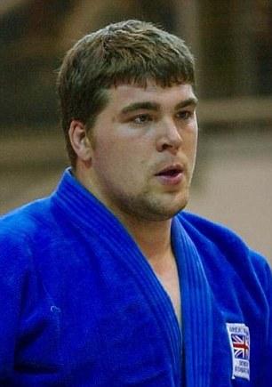 Robert Stilwell (foto), ex campeón de judo, es acusado de conspirar para facilitar la entrada de nacionales de terceros países en el Reino Unido