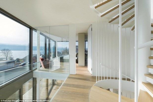 With glass walls on three sides, Flexhouse blurs the boundaries between outside and inside, offering 180 degree views