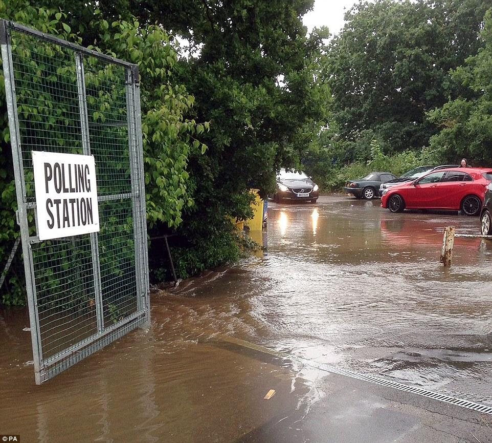 Diluvio: un aparcamiento inundado fuera de un centro de votación en Chessington, al sur de Londres, donde la gente luchaba a votar esta mañana