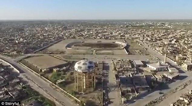 La lucha para retomar Ramadi ataques aéreos involucrados por Irak y la coalición liderada por Estados Unidos, así como varios atentados por IS, que también trampas explosivas varios edificios.  Más de 100 civiles murieron tratando de volver a Ramadi