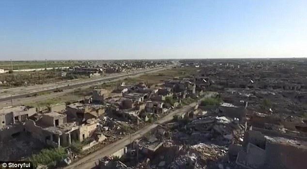El Comité Internacional de la Cruz Roja lanzó el material de archivo de la 'ciudad fantasma' de Ramadi, que fue llevado de vuelta del grupo Estado Islámico en diciembre después de intensos combates devastó gran parte de la ciudad iraquí