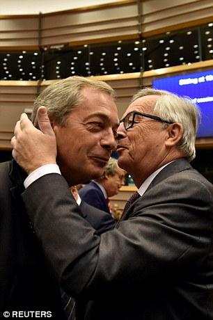 Presidente de la Comisión Europea, Jean-Claude Juncker besa Nigel Farage, antes de una sesión plenaria en el Parlamento Europeo sobre los resultados de la Brexit en Bruselas, Bélgica