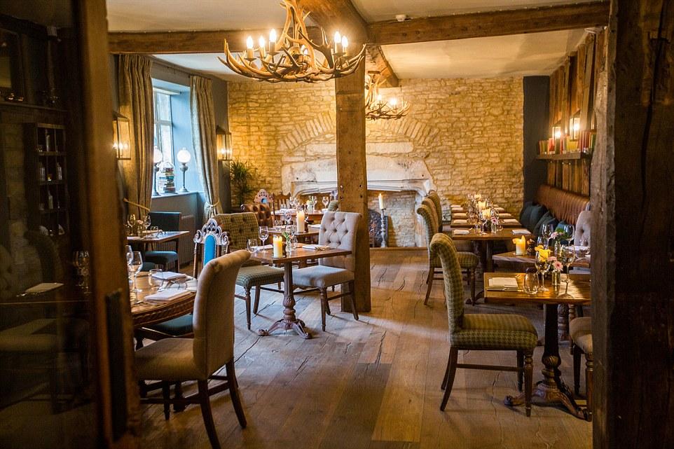 Gli ospiti e clienti possono prenotare un posto nella sala da pranzo (nella foto) o il giardino d'inverno, o scegliere di mangiare all'interno del bar
