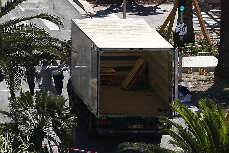 El arma del crimen: Se dice que el principal sospechoso de haber sido aparcado durante nueve horas antes de llevar a cabo el ataque y puede haber sido detenido por la policía, pero afirmó que fue la entrega de helado.  De hecho, la parte trasera de su camión contenía muchas armas y granadas