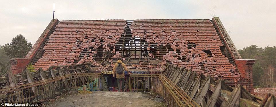 Ma molti dei 60 edifici sul sito sono in cattive condizioni, tra cui tegole rotte e muri fatiscenti