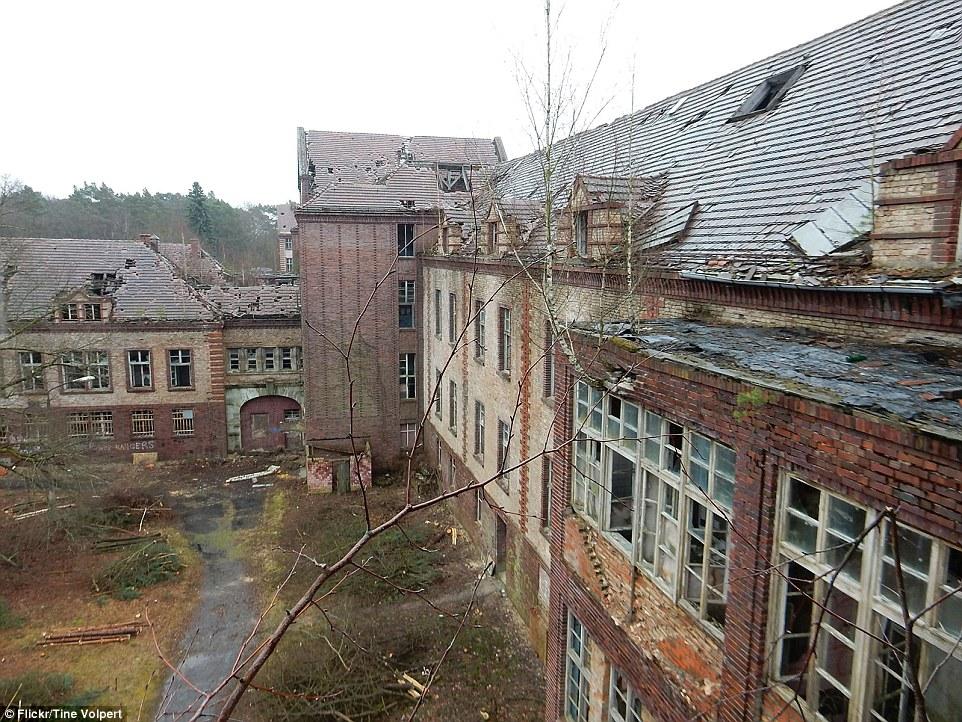 Molti dei 60 edifici sono gravemente danneggiati con le finestre rotte, tegole e mattoni aggiunta all'atmosfera