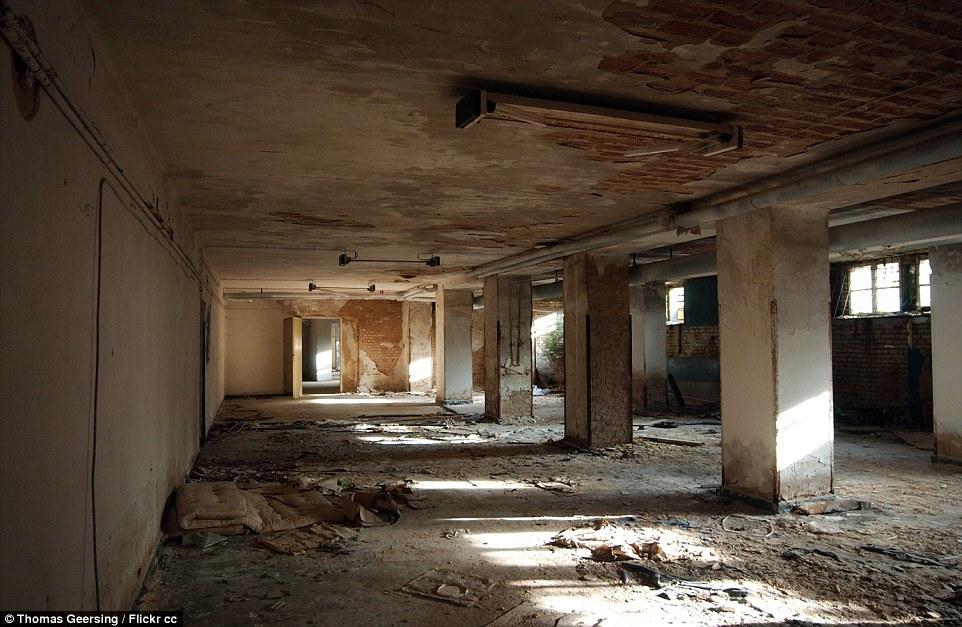 Un altro edificio che, come caduto in rovina, con la sporcizia, vecchi materassi e detriti sparsi sul pavimento
