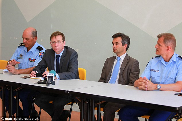 El prefecto Philippe Tribunal, el fiscal Rafael Coronel Balland y flagelos, comandante de grupo de la policía local, después de hablar con un hombre apuñaló a cuatro personas, una madre y sus tres hijas, el martes por la mañana