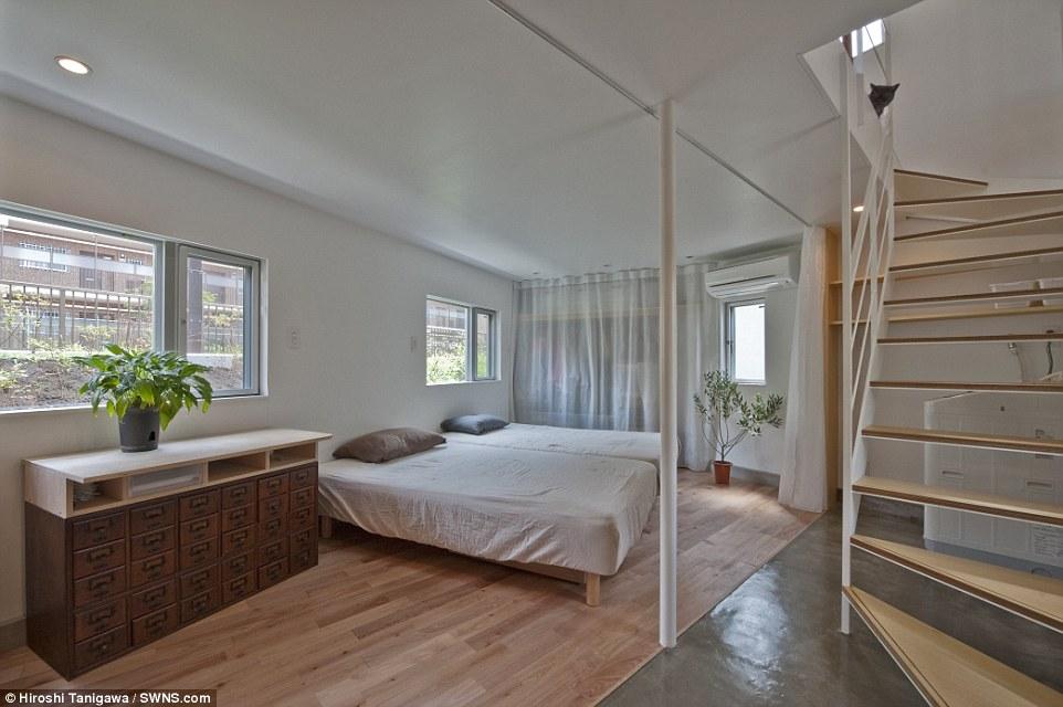 Double Trouble: La camera da letto è abbastanza grande per due letti singoli o un letto, ma con essendo una casa di famiglia, il polo è solo per il sostegno strutturale