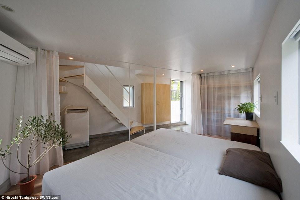 Curtain Call: A spazza tendina attraverso la stanza per dare la privacy della famiglia dalla comodità della loro letti, con la porta d'ingresso l'altro lato di esso