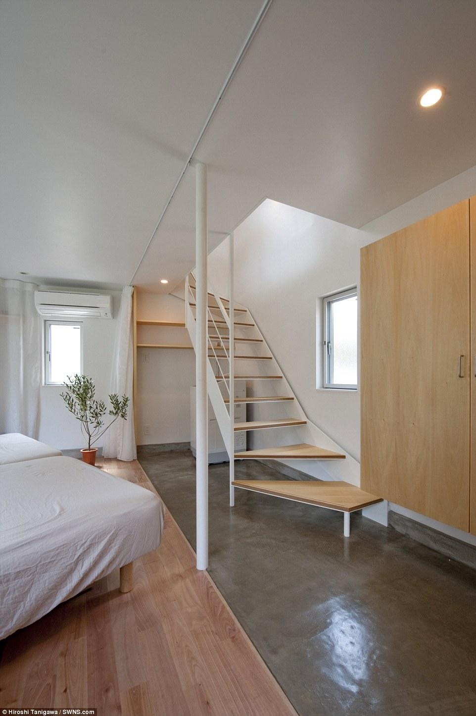 Al piano di sopra, al piano di sotto: La casa del fiume sul lato che è attualmente chiamato a casa da un marito, moglie e la loro giovane figlia vanta una grande camera da letto e bagno al piano terra e una spaziosa cucina e soggiorno al secondo